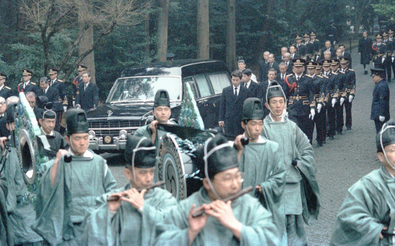 古装束姿の楽師の後をゆっくりと武蔵野陵に向かう昭和天皇のひつぎを乗せた霊車 ©共同通信社