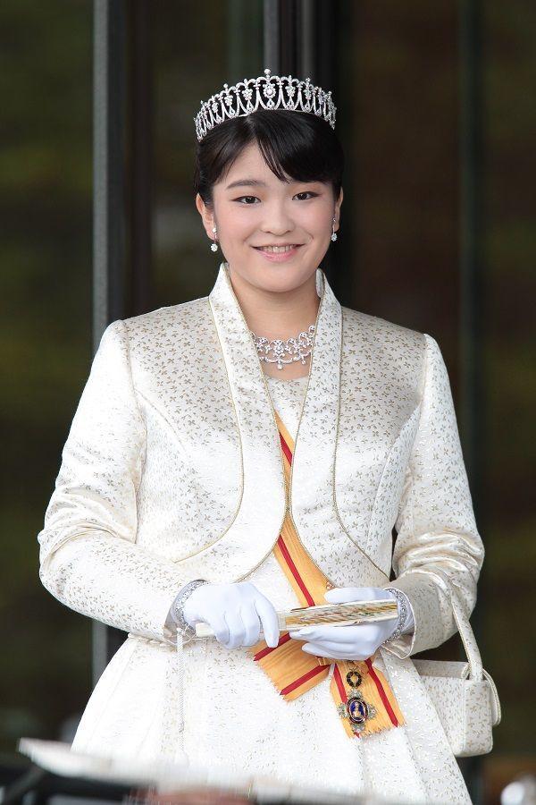 ローブデコルテをお召しになり、天皇皇后両陛下へご挨拶をされた眞子さま ©JMPA