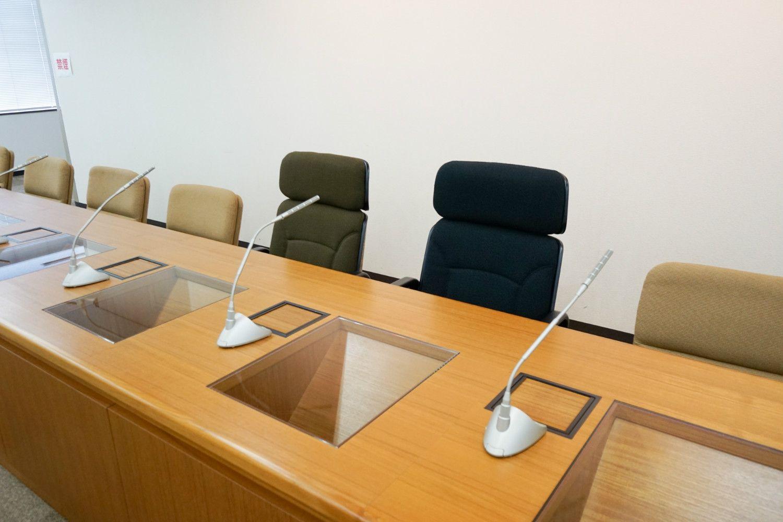中央2つの椅子は、微妙に大きさが異なる ©石動竜仁