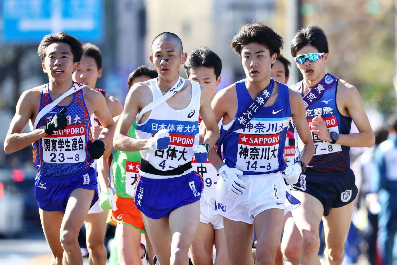 第95回箱根駅伝の復路8区を走る鈴木(写真左) ©AFLO