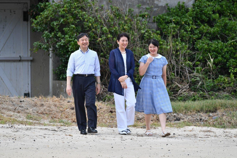 2018年8月、三井浜を散策されるご一家  ©JMPA