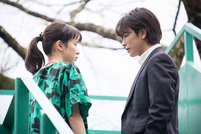 夏虫駅で鈴愛(左)にプロポーズする律 提供=NHK