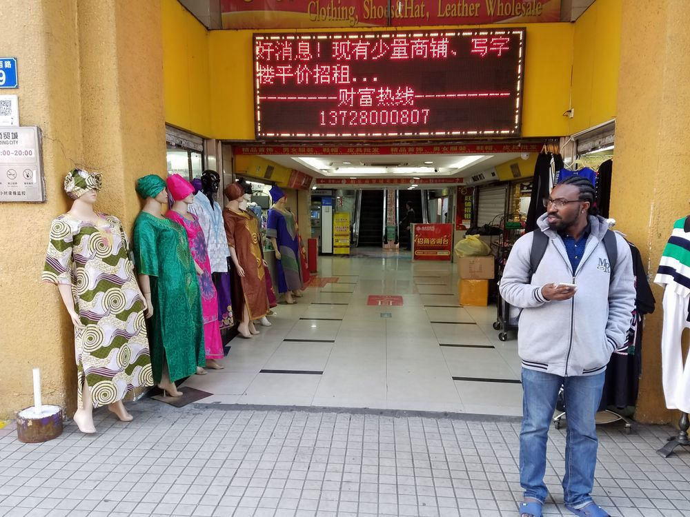 良好な対アフリカ関係を反映して、中国国内にはアフリカ系商人が集まる街も生まれている(広東省広州市内で筆者撮影)。