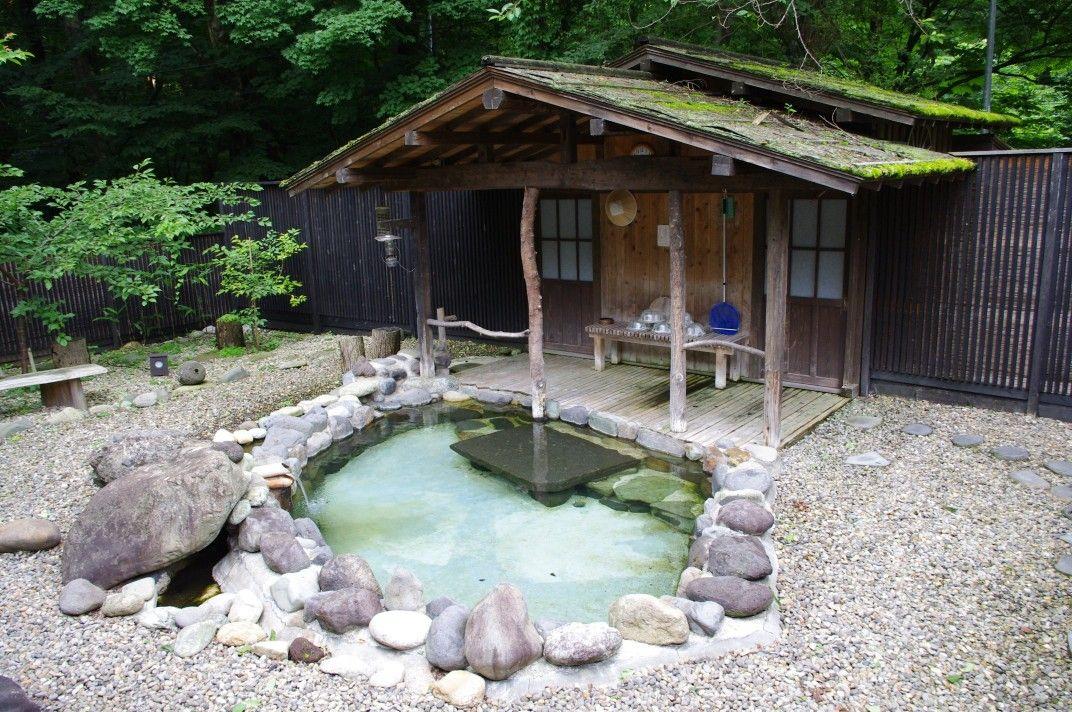 源泉をそのまま湯船に注ぐ夏瀬温泉「都わすれ」の露天風呂。
