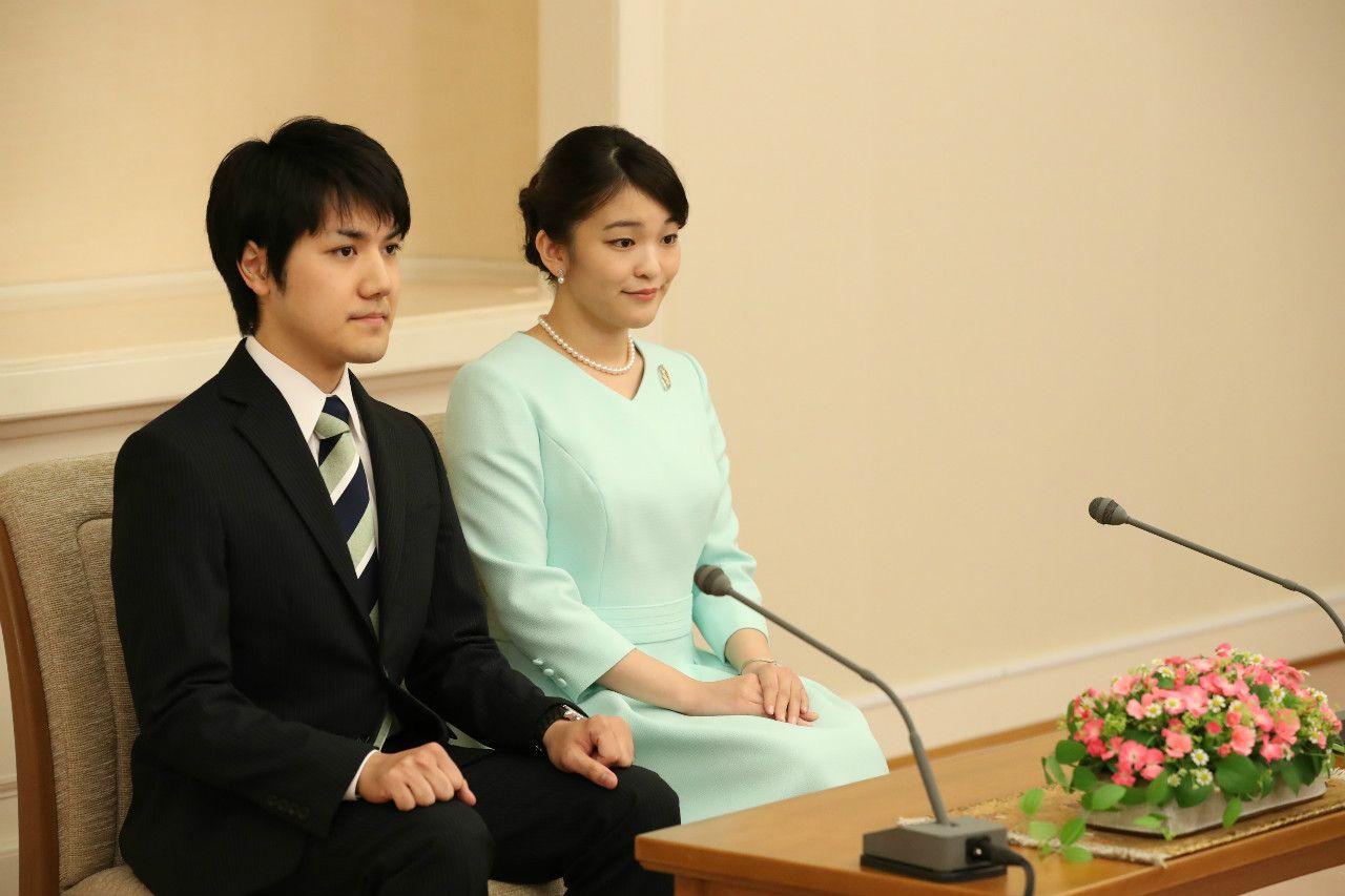 眞子さまと小室さんの婚約内定会見。この日の午前、天皇が2人の結婚を認める「裁可」を行われた ©JMPA