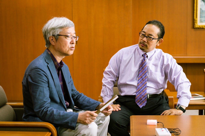 「もう37年の付き合いになりますか」水津康夫さん(左)と道蔦岳史さん