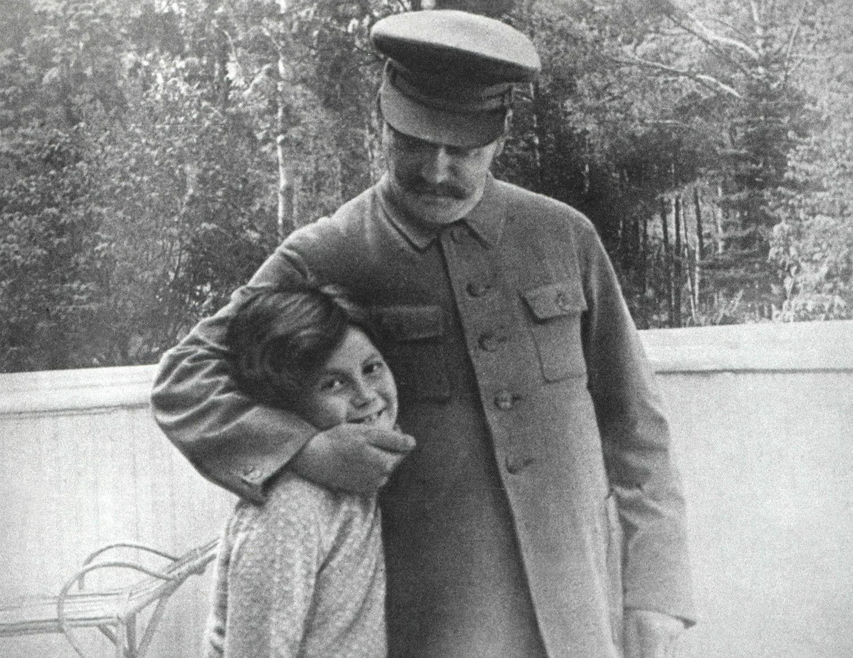 1933年モスクワでスターリンに愛されるスベトラーナ ©getty
