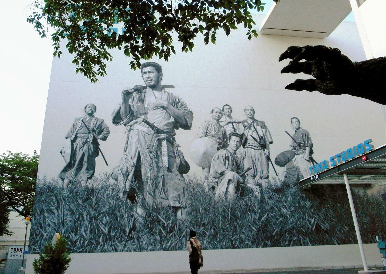 東宝スタジオ前にある「七人の侍」の大壁画 ©共同通信社