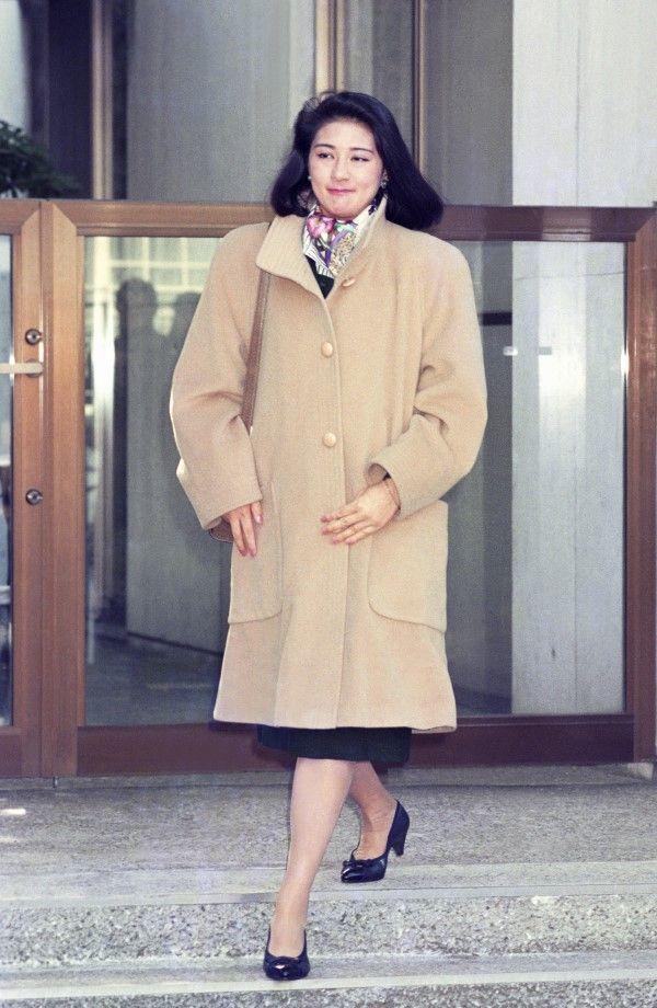 1993年1月31日、東宮仮御所へ向かうため自宅を出る小和田雅子さん ©共同通信社