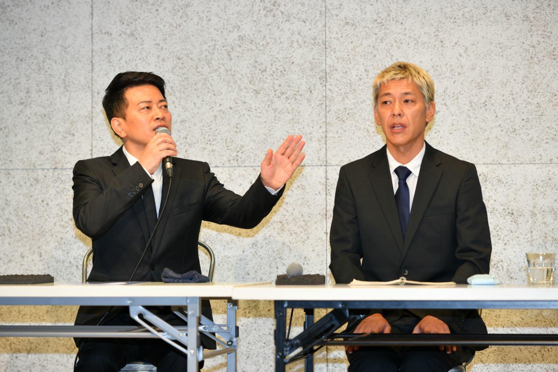 宮迫(左)、田村亮の緊急会見 ©文藝春秋