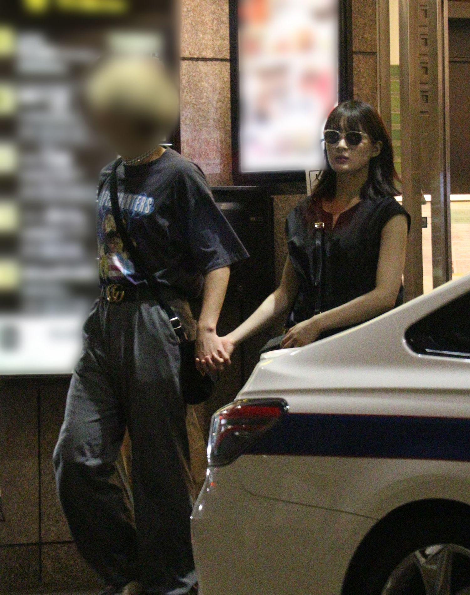銀座の高級しゃぶしゃぶ店から姿を現すA氏と織田 ©文藝春秋