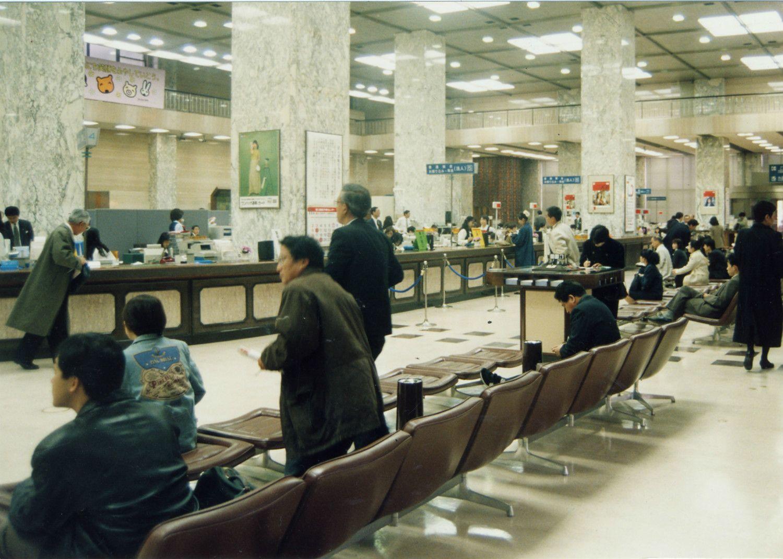 11月17日午前の拓銀本店には、行員に質問する客、不安げにカウンターを見つめる客もいた ©時事通信社