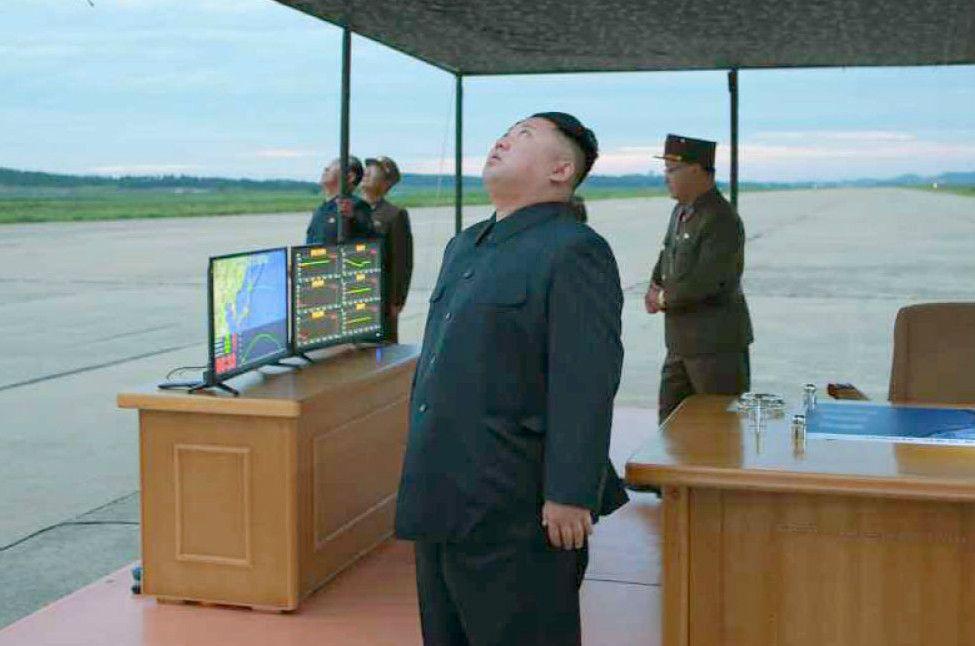 弾道ミサイル「火星12」の発射訓練を視察する金正恩朝鮮労働党委員長。北朝鮮の労働新聞が8月30日に掲載(コリアメディア提供・共同)©共同通信社