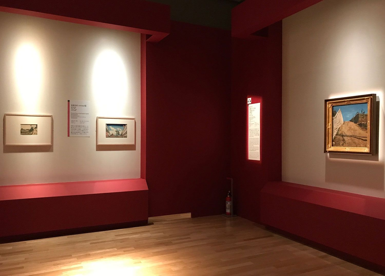 右手、岸田劉生《道路と土手と塀(切通之写生)》1915年 東京国立近代美術館