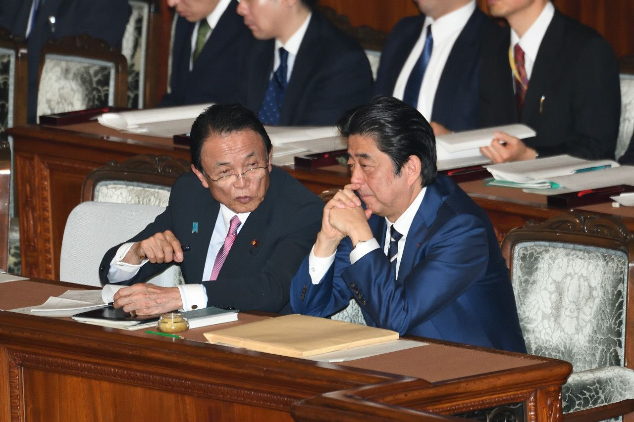 首相と麻生副総理 ©石川啓次/文藝春秋