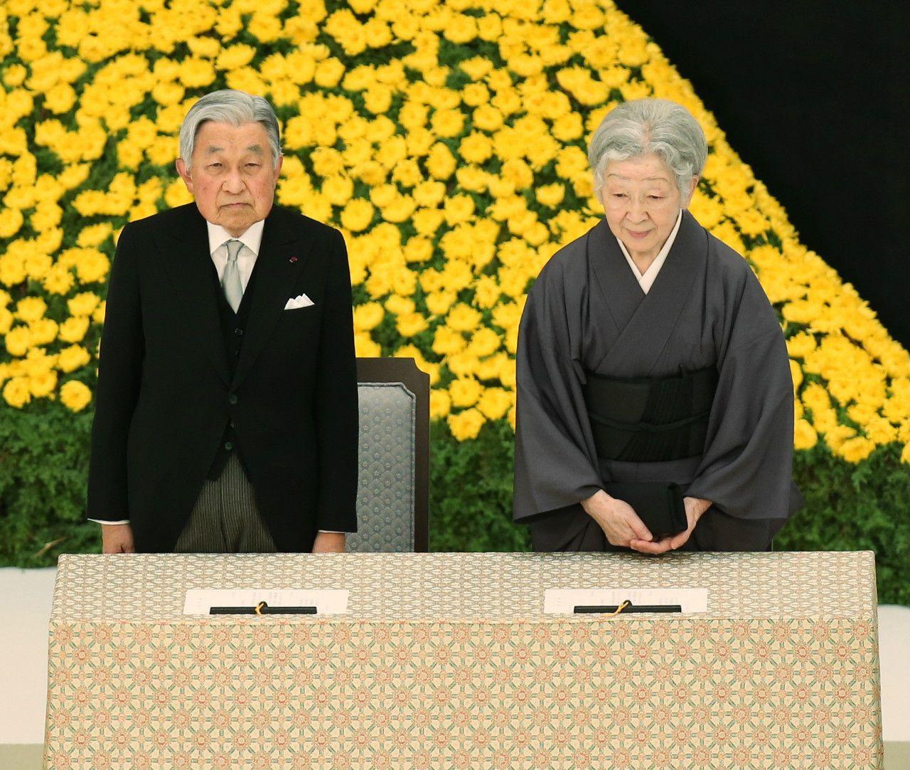 全国戦没者追悼式に臨まれる天皇皇后両陛下 ©時事通信社
