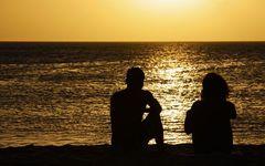 知らないおっさんと海に落ちる夕陽を見て泣いた話