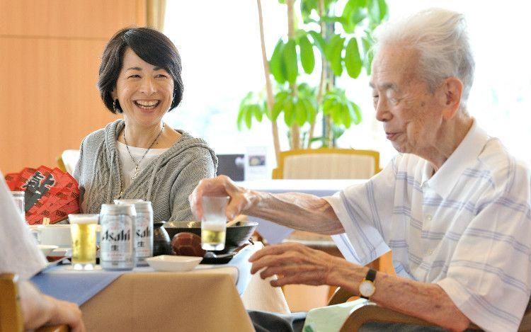 阿川弘之さんと食事をする佐和子さん。