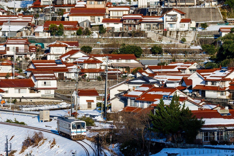 石見地方の特産・石州瓦を使った赤い屋根の集落を見ながら(鹿賀~因原)