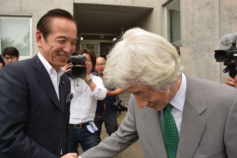 中村喜四郎(左)と小泉純一郎 ©常井健一