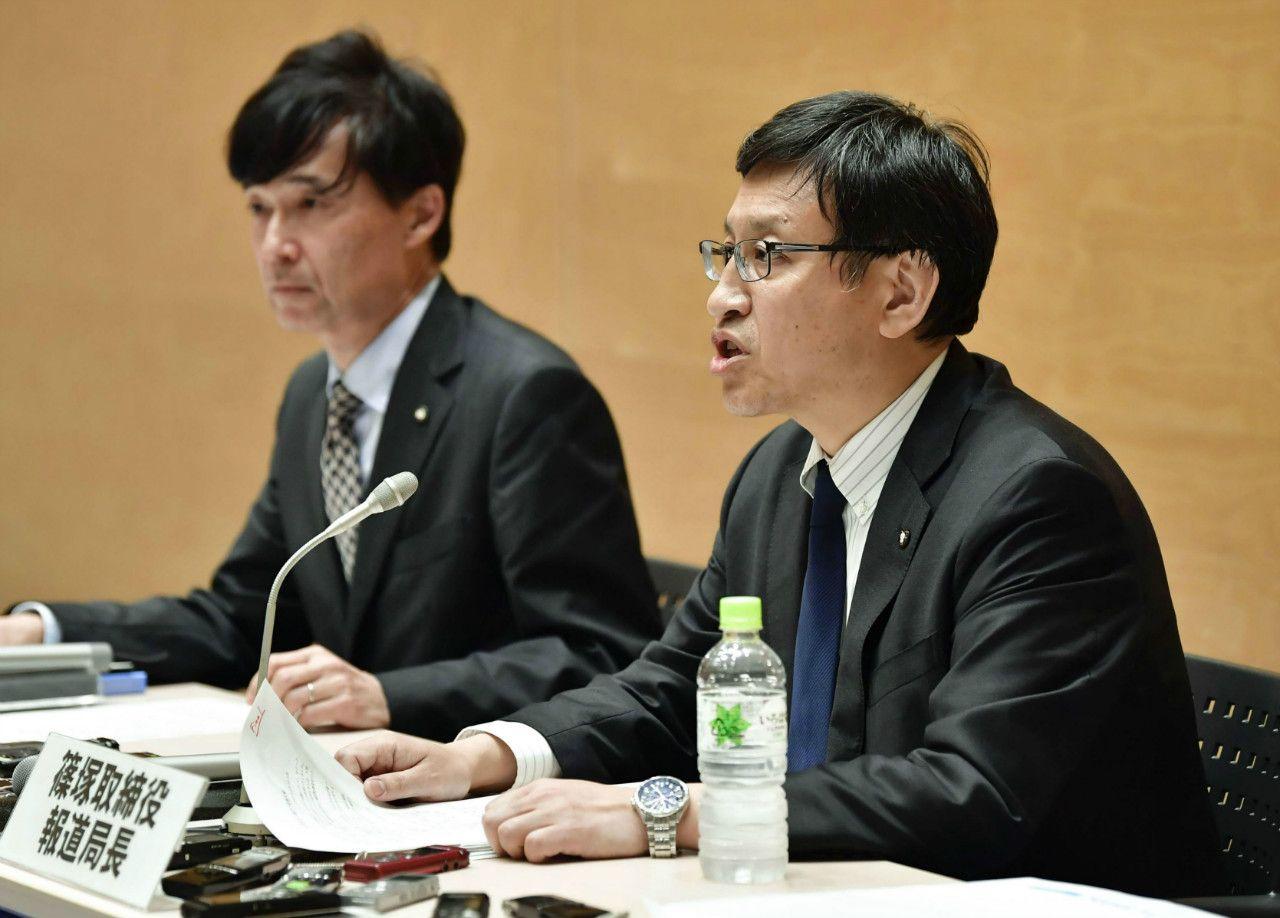 テレビ朝日の女性社員のセクハラ被害を明らかにする篠塚浩報道局長(右)©共同通信社