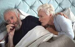 ノーベル文学賞を受賞した小説家夫婦にはある秘密が……「天才作家の妻 ー40年目の真実」を採点!