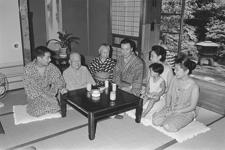 ご家族と ©文藝春秋