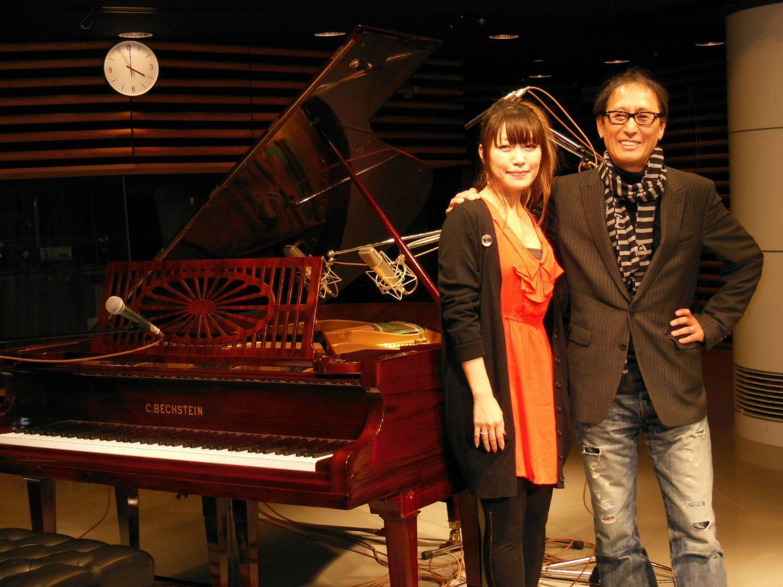 坂本美雨(左)とピアノセッションした武部聡志