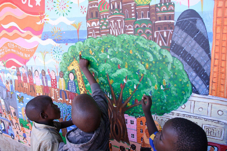 世界壁画プロジェクト1国めは、2006年のケニア。100万人が暮らすという最大のスラム・キベラスラムの学校の壁に生徒たちと絵を描いた。
