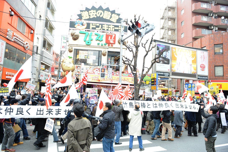 「コリアンタウン」新大久保では反韓デモが行われたことも ©文藝春秋