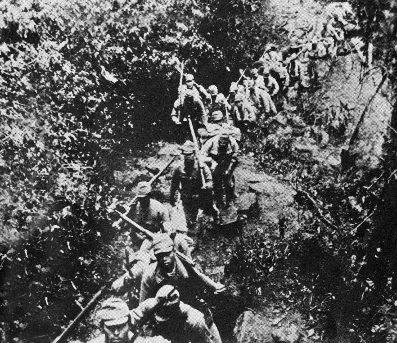 インパール作戦 行軍する日本兵 ©時事通信社