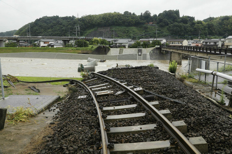 豪雨の影響で橋が流され、途切れたJR久大線の線路 ©時事通信社