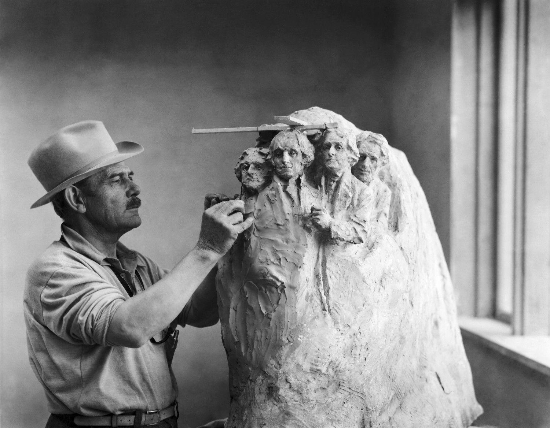 ラシュモア山彫刻の試作をするボーグラム ©getty