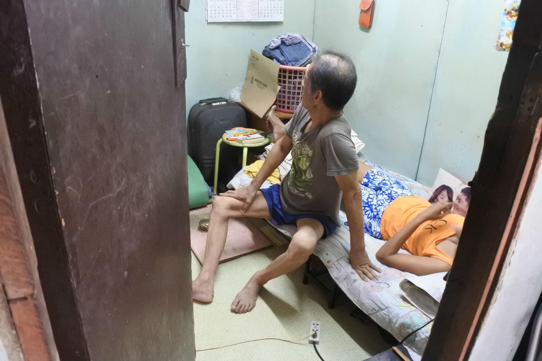 筆者が取材した60代の困窮邦人は、3畳一間の長屋で、内縁のフィリピン人妻と生活していた