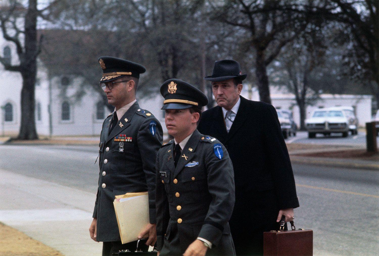 弁護士に付き添われ、裁判に向かうウィリアム・カリー中尉(写真中央) ©getty