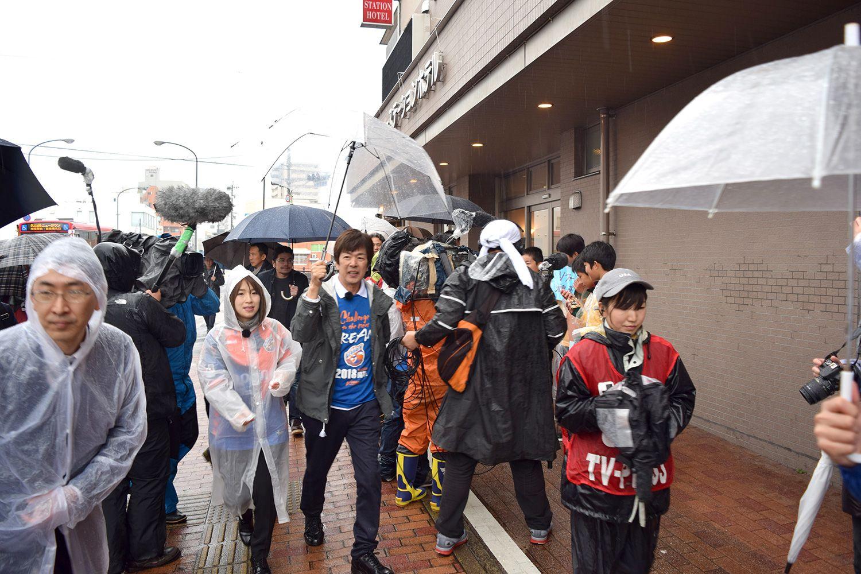 2018年3月3日、J1となって初めて迎えたホームでの試合(対サガン鳥栖)。あいにくの冷たい雨だったが、電車で移動、JR諫早駅からスタジアムまで徒歩30分の距離を、お客さんと一緒に歩いた。取材も多く、テレビクルーも一日中、髙田社長に張り付き。(写真提供:V・ファーレン長崎)