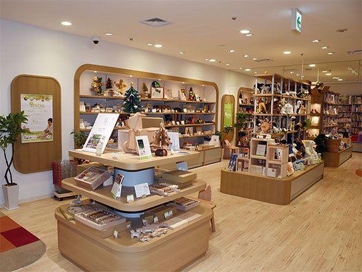 児童書売場「totoa」。木製玩具や雑貨が