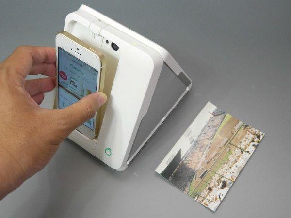 写真をデータ化するための専用スキャナ「Omoidori」。iPhoneを取り付けて使用します(残念ながらAndroidには対応していません)