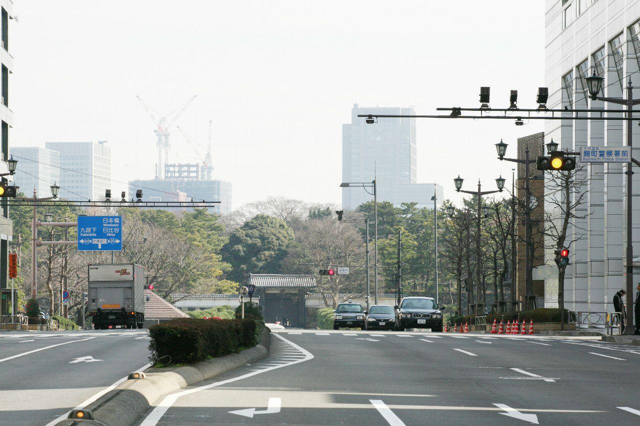 新宿通り。奥に位置するのが半蔵門 ©文藝春秋