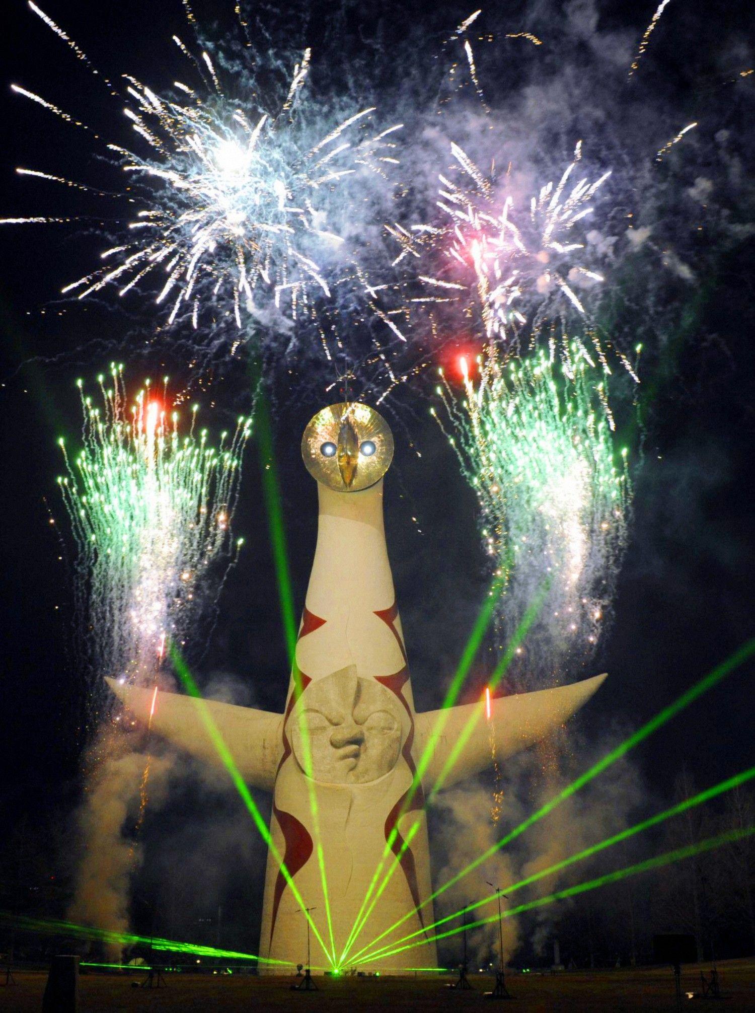 開幕式でビームを放つ太陽の塔 ©文藝春秋