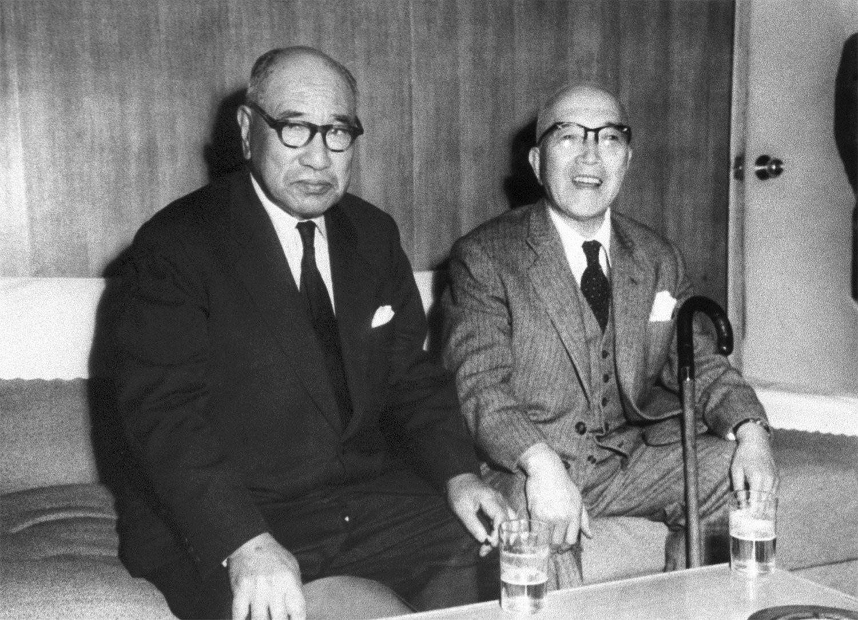 石坂泰三経団連会長(左)と山下太郎 ©共同通信社