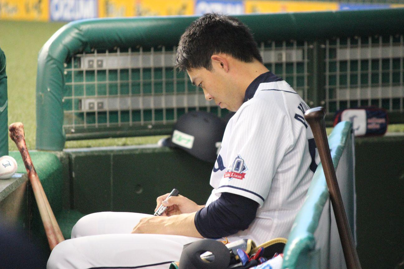 試合前、客席に投げ入れるサインボールを準備する秋山 ©中川充四郎