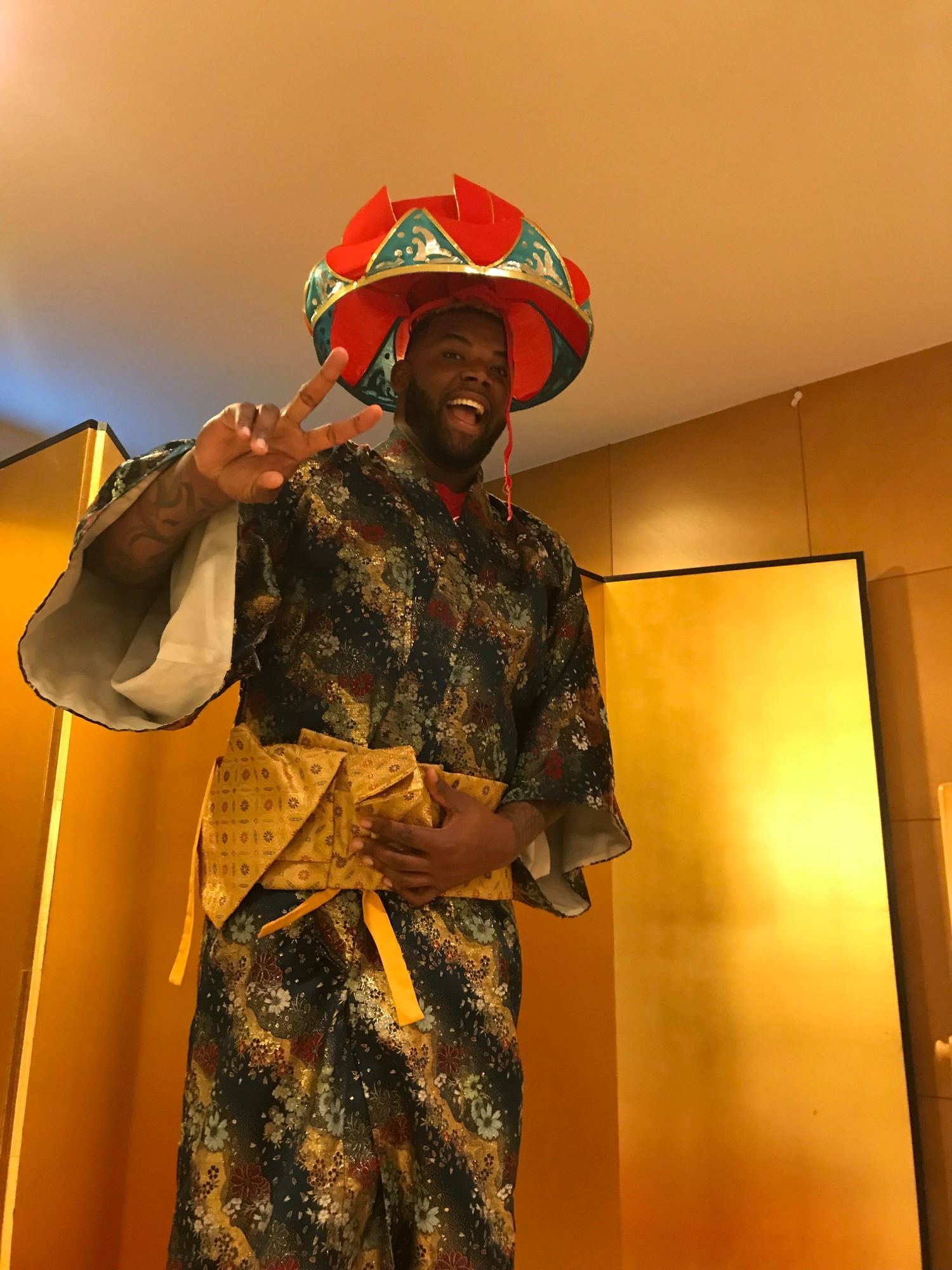 民族衣装を着てノリノリのバルガス ©堀慶介