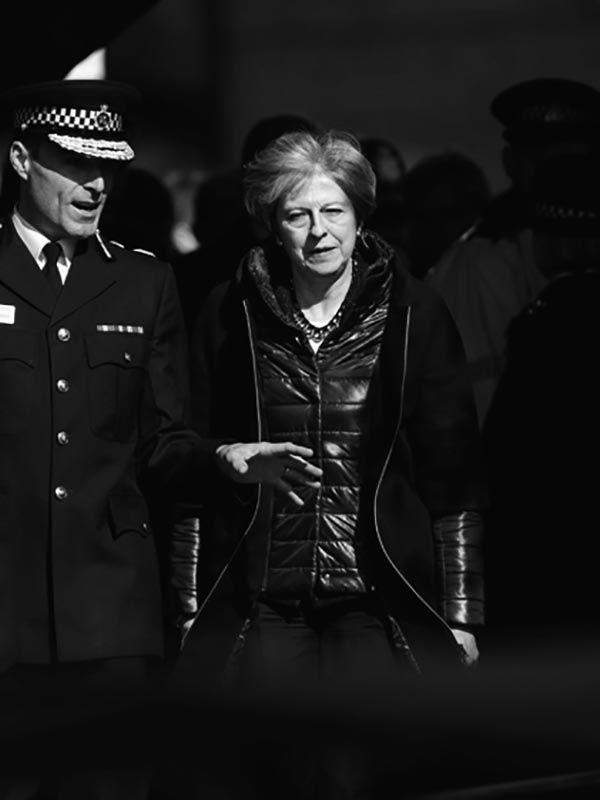 事件現場を視察するメイ首相 ©共同通信社