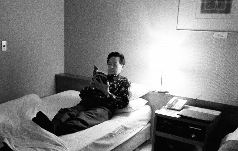 読書にふける堤清二 ©田中茂/文藝春秋