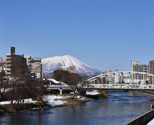 川の街盛岡を代表する風景。開運橋から岩手山を望む。