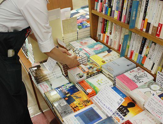 文学、著者別売り場の平台。