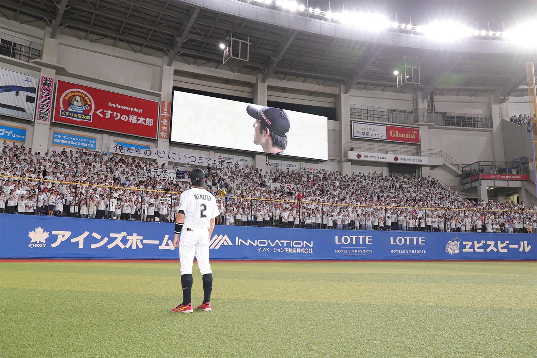 10月7日、引退試合後にスタンドに駆け寄る根元俊一 ©梶原紀章