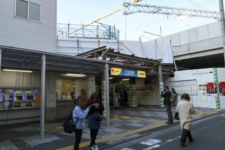 駅前風景。「小田急」と「KEIO」の表示が並ぶ下北沢駅の看板にも注目したい