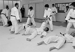 柔道指導の説明を受ける先生たち Photo:Kyodo